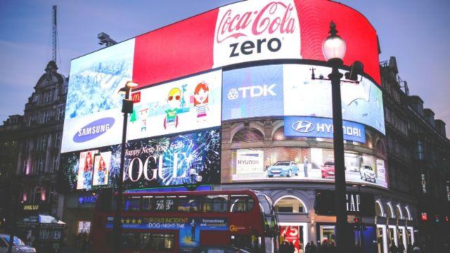 広告を掲載している街並み